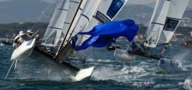 Traumbedingungen bis zu 17 Knoten Wind lassen auch die Nacra17 an ihre Grenzen gehen. © Franck Socha / ISAF Sailing World Cup Hyeres