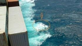 Die gekenterte Cheeki Rafiki neben dem Maersk Frachter. Konnten sich die Segler in die Rettungsinsel retten? © Coast Guard