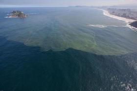Zehntausende Tonnen Müll und Millionen Liter Abwässer werden jeden tag in die Bucht geschwemmt © Secretaria de Estado do Ambiente do Rio