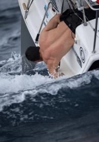 Wer Figaro 2 segelt, muss Hand anlegen können – in allen Situationen © courcoux