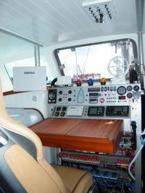 Das ist mal ein Steuerstand. Motorboot? © K&M Werft