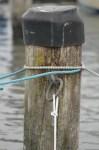 Gleich dreimal falsch: Die Heckleinen mit Palstek und festgezurrter Schlaufe gehören durch den Ring, die Verholleine nicht an den Ring.  ©Andreas Kling