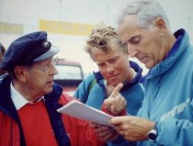 Ergebnisstudium unter der IOR-Rechnerei: Hans-Otto Schümann (links) mit Willi Illbruck (rechts) und 'Pinta'-Bootsmann Thomas 'Beppo' Michaelsen.  ©Andreas Kling