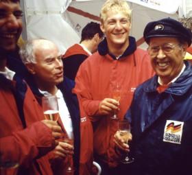 Am liebsten feierte er Erfolge inmitten seiner 'Rubin'-Crew: Hans-Otto Schümann mit (von links) Steffen Müller und Ulli Tischendorf.  ©Andreas Kling