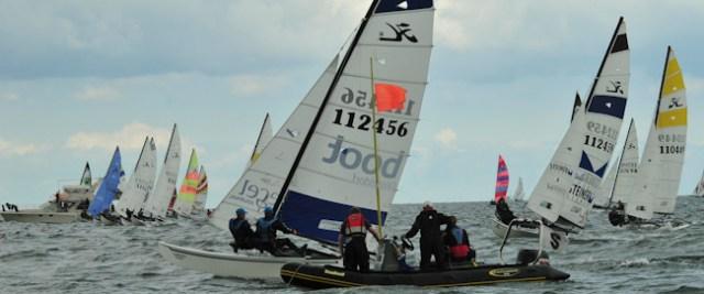 Wagt eine Crew an der Tonne einen Steuerbordstart, ist dem Wettfahrtleiterteam im Schlauchboot schnell der Blick über die Linie komplett versperrt.  ©Marina Könitzer