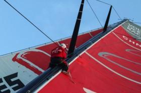 Kevin Escoffier repariert im Mast die gelöste Rutscher-Schiene. © Yann Riou/Dongfeng Race Team/Volvo Ocean Race