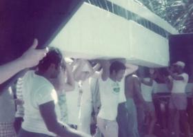 """Randy war einer von 200 Personen, die 1977 die """"PPalu"""" zum wasser trugen © toursime st. marteen"""