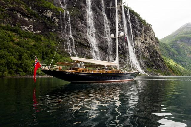 Kann man sich lange ansehen. Die 48 m Slup 'Wisp' im Geiranger Fjord © Cory Silken
