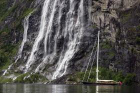Kleine, große Sloop im grünen Fjord © silken