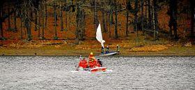 Die Feuerwehr stellt das gekenterte Segelboot an der Bevertalsperre sicher.