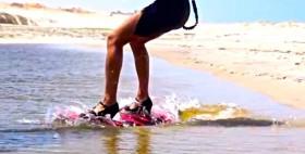 Hannah Whiteley beim Kiting mit High Heels.