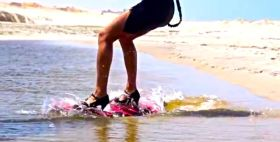Hannah Whiteley beim Kiting mit High Heels.