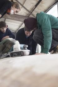 Jan Böhm zeigt seinen Mitarbeitern die Vorbereitung des Kielausschnitts für das GfK-Massivlaminat © Nicole Werner/Lütje Yachts
