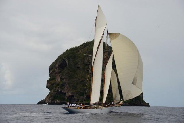 Die Altair vor der Karibik-Insel Guadeloupe. Geht's noch schöner? © panerai