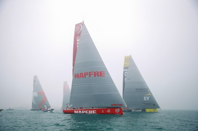 Start zur dritten Etappe. Brunel hat den besten Start, segelt aber mit Mapfre zu weit nach rechts.  © Warren Little/Volvo Ocean Race