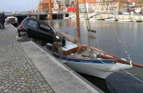 """Im Hafen von Neustadt ist ein Kleinwagen auf den Zweimaster """"Celeste"""" gefahren."""