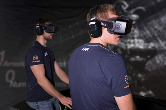David 'Freddie' Carr and Paul 'CJ' Campbell-James trainieren am BAR-Simulator.  Foto: Harry Kenney-Herbert