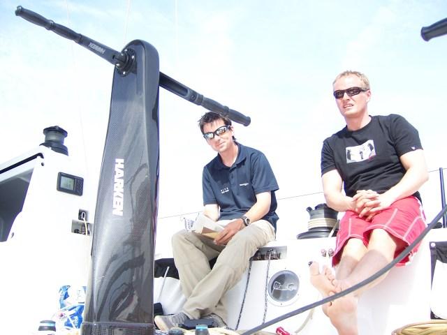 Die Bootsmänner Liam (links) und Autor Hinnerk bei der Überführung einer TP52. Ausnahmsweise im Pausen-Modus © stumm