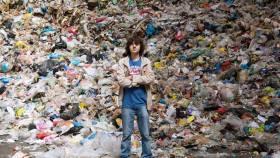Boyan Slat vor Plastikmüll aus den Ozeanen © OceanCleanUp