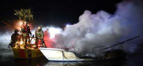 Die Berliner Feuerwehr löscht die Flammen. Um Bug findet sie den Jungen. © spreepic