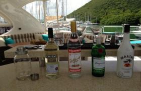 Kaum an Bord, kommen gleich die harten Sachen auf den Tisch? © boatcharter