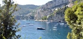 Häufig freuqentierte Buchten werden mit festen Bojen gepflastert – so soll die Masse der ankernden Schiffe eingedämmt werden © syndicat d'initiative