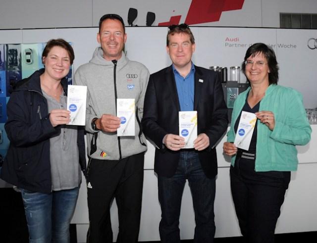 Heiko Kröger (2. v. li.) mit Kiels Oberbürgermeister Ulf Kämpfer und den Organisatorinnen des Inklusionsfackellaufs, Stefanie Gomez (li.) und Antje Hachenberg.
