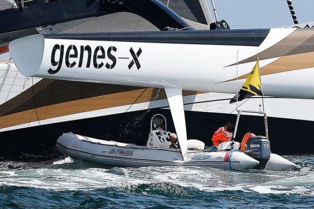 Das Ruder des Spindrift Trimaran schlitzt das Bummiboot auf.© S. Evrard