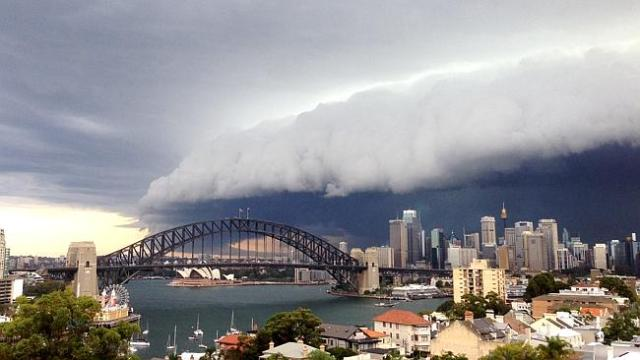 Die Wolken-Front über dem Opernhaus. © Sky