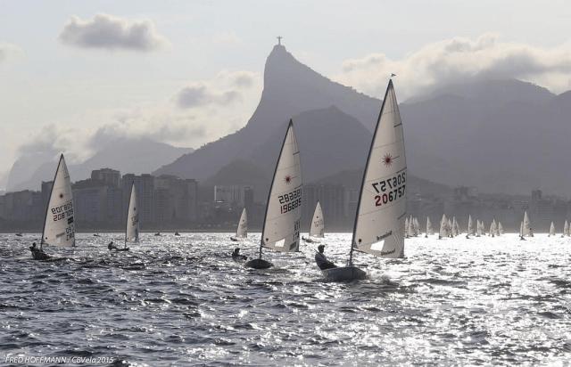 Robert Scheidt führt die Flotte auf dem Revier unter dem Corcovado. © Copa Brasil