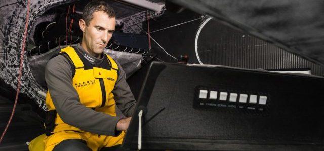 Armel Le Cleac'h sucht am Bordcomputer den schnellsten Weg zum Ziel © V.Curutchet/BPCE