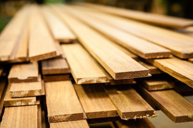 Teakstäbe im Holzlager