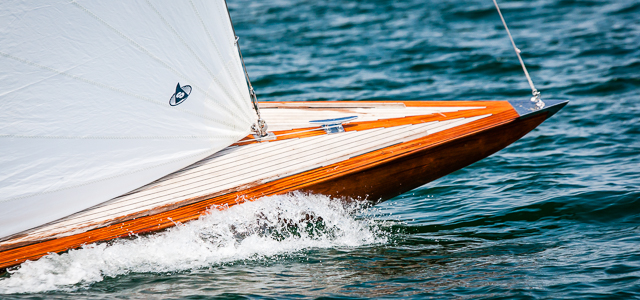 Teakdeck auf dem Bug einer klassischen Yacht
