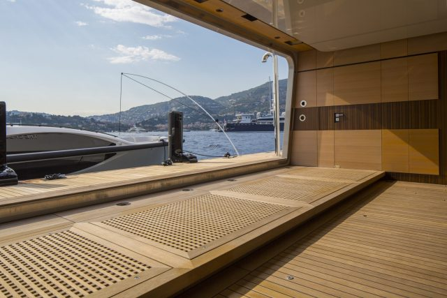 Tesumo-Deck auf einer Lürssen-Yacht
