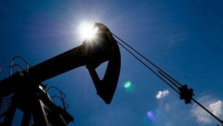 Избыток предложения нефти сохранится во втором полугодии, считает МЭА