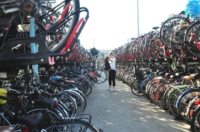 Estacionamento de bicicletas em Amsterdam. Quanto custa viajar para Amsterdam?