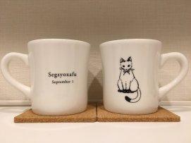 白猫柄のマグカップ