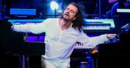 Performances energéticas, cabelos voando, caras e bocas e muita, muita música boa.