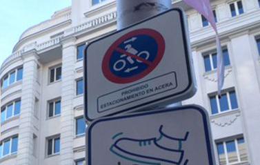 DENUNCIAS ILEGALES EN MADRID POR MOTOS EN ACERAS… y dónde y cómo podemos estacionar en sus aceras.