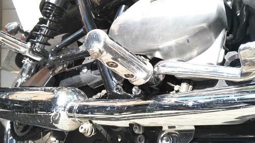 ¿Has resbalado alguna vez con los reposapiés de tu moto mojados?