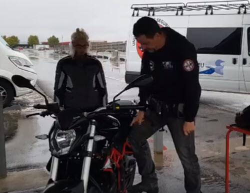 Subir la moto al caballete central.
