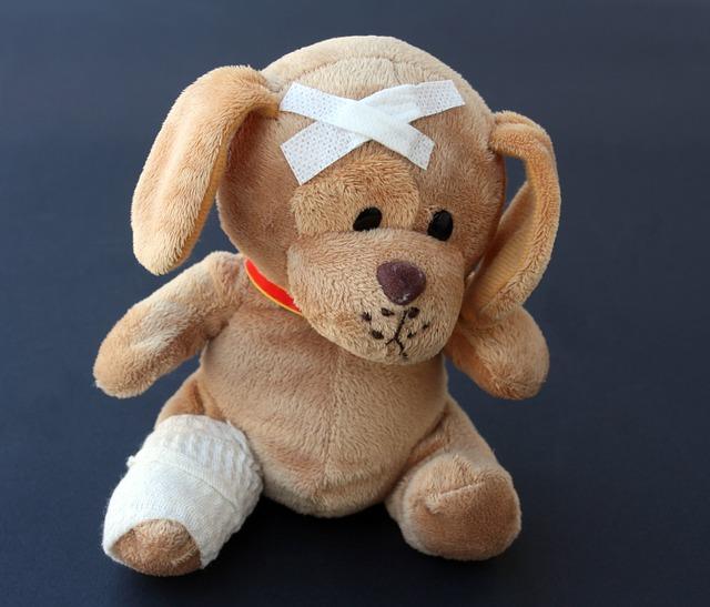Perro de peluche con tiritas