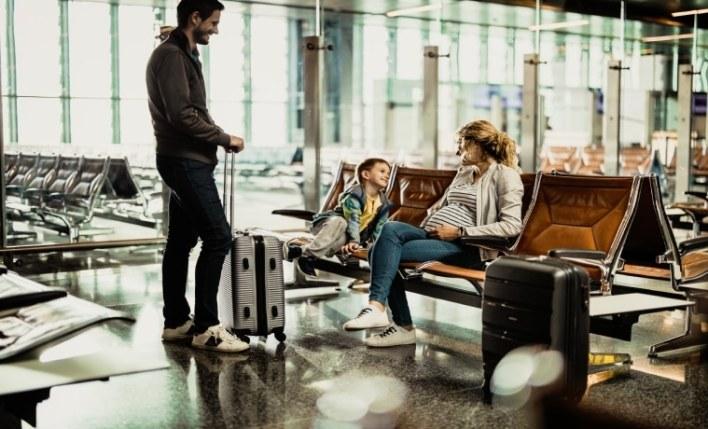 Gestante com família no aeroporto