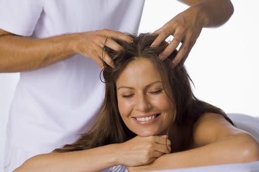 डेंड्रफ के कारण बालो का टूटना कम करने के 8 घरेलू नुस्खे 1
