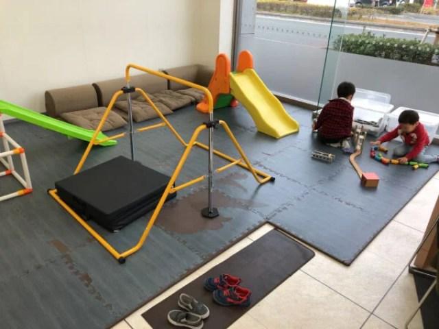 カーセブンの店内に子供スペースあり