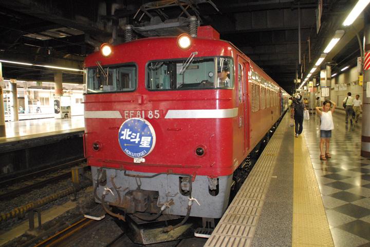 牽引機は,EF81 85でした(寫真)。