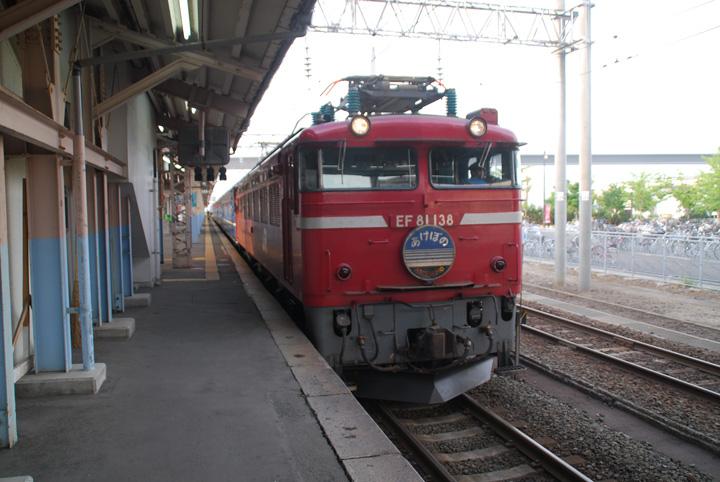 牽引機,EF81 138が連結され,出発準備が整いました(寫真)。
