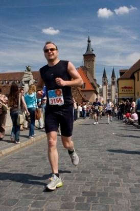 Finish beim Würzburg-Marathon 2008. Eigentlich sollte es nur der HM sein. Aber dann lief es irgendwie...zumindest bis KM25. Der Rest war purer Wille.