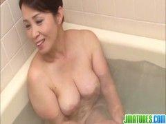暮町ゆうこがお風呂場で嬉しそうにチンポを咥えるjyukujo動画