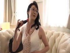 ナンパした五十路美熟女妻に新作の大人のおもちゃを試してもらうおばさんの動画